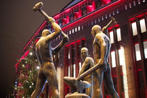 Finnland Grundeinkommen - Statue 'Drei Schmiede' in Helsinki